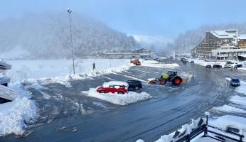 Domenica 11 aprile, Prato Nevoso si risveglia con circa mezzo metro di neve caduta nella notte. Spazzaneve in azione.