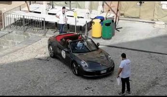 """VIDEO - Si inizia a comporre la scritta """"Porsche"""" in piazza Maggiore"""