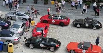 """VIDEO - La scritta """"Porsche"""" in piazza Maggiore è completa!"""