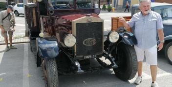 FOTOGALLERY - Vecchie signore e camion storici in mostra in piazza Ellero